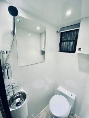 toalett inne i hästlasbilen